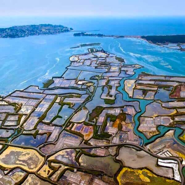 Piscinas de sal na costa atlântica da frança